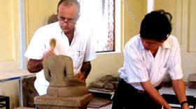 Chuyên gia Pháp giúp bảo quản hiện vật tại Bảo tàng Điêu khắc Chăm Đà Nẵng.