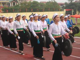 Các thiếu nữ Mường Thàng biểu diễn hoà tấu cồng chiêng trong ngày hội.
