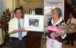 Bà Dominique de Miscault trao tặng tư liệu, hiện vật cho TT- Huế.