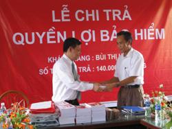 Đại diện văn phòng Tổng đại lý BHNT- Dai-ichi tại Hòa Bình trao 10 suất quà cho học sinh có hoàn cảnh khó khăn tại trường tiểu học xã Ân Nghĩa