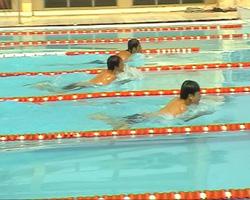 Các VĐV tranh tài ở nội dung bơi tự do nam trẻ 50m