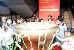 Đông đảo nhân dân thành kính và chiêm ngưỡng chiếc trống đồng linh thiêng.
