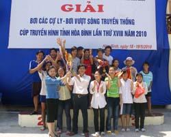 Đ/C Nguyễn Thị Khuyên, Giám đốc Đài PT-TH tỉnh trao cúp vô địch cho đoàn VĐV huyện Kim Bôi