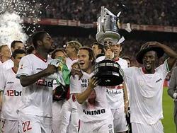 Capel ôm Cup chia vui với đồng đội sau trận đấu.