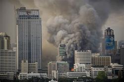 Khói bốc lên từ khu trung tâm thương mại nơi áo đỏ từng chiếm đóng tại Bangkok