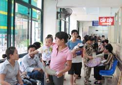 Nhiều trẻ đến khám tại Khoa Cấp cứu Bệnh viện Nhi Trung ương
