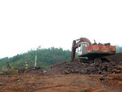 Công nhân Công ty CP Đức Thái - ĐHC Hòa Bình vận hành máy khai thác quặng sắt