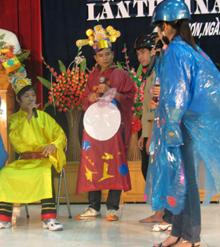 Đoàn thanh niên huyện Lương Sơn tuyên truyền kiến thức CSKSS vị thành niên thông qua hình thức sân khấu hoá.