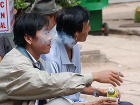 Vô tư... đốt thuốc bất kể những lời cảnh báo. Ảnh chụp tại khu chờ thăm nuôi của Bệnh viện Chợ Rẫy.