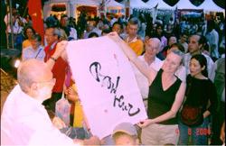 Rất nhiều du khách nước ngoài thích thú với thư pháp Việt