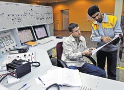 Chuyên gia Nga (trái) và công nhân Iran tại nhà máy điện Bushehr
