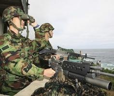 Binh lính Hàn Quốc gác ở Gangneung - phía đông thủ đô Seoul.