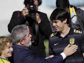 Tổng thống Brazil Lula da Silva và phu nhân động viên Kaka cùng các tuyển thủ Brazil vào ngày 27-5  trước khi đội sang Nam Phi.