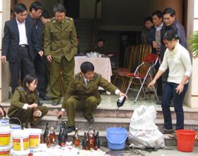 Chi cục QLTT tiến hành tiêu hủy số lượng rượu giả đã bị thu hồi.