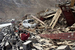 Chiếc xe hơi nằm giữa đống đổ nát sau trận động đất ở huyện Yushu, tỉnh Thanh Hải, hồi tháng 4.
