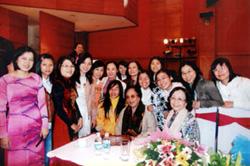GS.TSKH. Phạm Thị Trân Châu (người ngồi ngoài cùng bên phải) tại Lễ Kỷ niệm 25 năm giải thưởng Kovalevskaia Việt Nam (2010).
