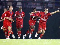 Becamex Bình Dương đang bay cao ở ngôi đầu V-League 2010.