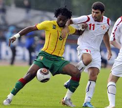 Alexandre Song (trái), một trong những nhân tố quan trọng của Cameroon.