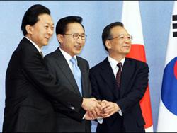Tổng thống  Hàn Quốc Lee Myung-bak (giữa), Thủ tướng Nhật Yukio Hatoyama (trái) và Thủ tướng Trung Quốc Ôn Gia Bảo trước hội nghị ba bên
