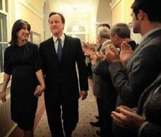 Ông Cameron tiếp quản Dinh Thủ tướng tại số 10 phố Downing.