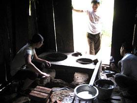 Người dân xã Pà Cò xây dựng bếp cải tiến tiết kiệm củi