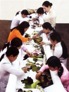 Các nghệ nhân đang thêu bức tranh lớn  nhất Việt Nam để chào mừng Đại lễ 1000  năm Thăng Long Hà Nội (Ảnh: Internet)
