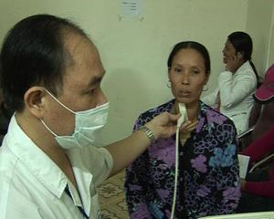 Khám bệnh cho người bị bướu cổ tại Bệnh viện Nội tiết T.Ư.
