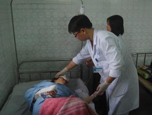 Y, bác sỹ khoa ngoại tổng hợp tập trung cấp cứu cho bệnh nhân Nguyễn Thị Anh, 21 tuổi ở Phú Minh (Kỳ Sơn) bị tai nạn ở khu vực Trung Minh (TPHB).