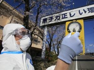 Kiểm tra nồng độ phóng xạ gần khu vực nhà máy Fukushima 1.