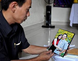 Anh Nhuận và tấm ảnh chụp cùng người vợ đã mất