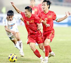 Minh Phương (phải) và Thành Lương (giữa), 2 trong 5 ứng viên lọt vào vòng chung kết của cuộc bầu chọn dành cho nam.