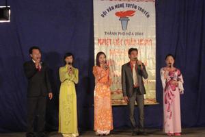 Đội văn nghệ tuyên truyền của phòng VH-TT thành phố biểu diễn các tác phẩm tuyên truyền về ngày bầu cử.