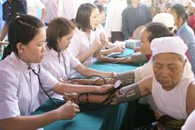 Các y, bác sỹ khám bệnh cho nhân dân xã Lạc Lương.