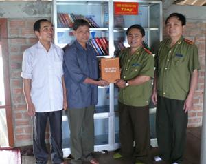 Lãnh đạo Công an tỉnh tặng sách xóm Đồi Thung.