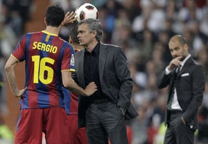 Mourinho (giữa) phải trả giá cho những phát ngôn bừa bãi nhắm vào UEFA.