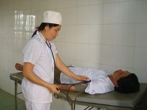 Trạm y tế xã Phong Phú khám - chữa bệnh cho nhân dân.