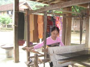 Gia đình chị Hà Thị Ngọ, xóm Văn, thị trấn Mai Châu bảo tồn, giữ gìn nghề dệt thổ cẩm truyền thống của người Thái.