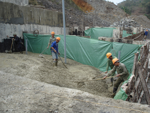 Thi công hạng mục đổ bê tông đập lên đều tại công trình hồ Cạn Thượng (Cao Phong), dự kiến tháng 7/2011 sẽ bàn giao gói thầu đập bê tông.