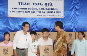 Hội Bảo trợ Người tàn tật và Trẻ mồ côi tỉnh trao tặng cháo dinh dưỡng cao cấp cho Trung tâm BTXH Tỉnh.