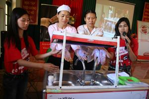 Hội viên phụ nữ xã Yên Nghiệp ( Lạc Sơn) thực hiện cách rửa tay sạch với xà phòng.