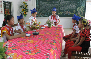Bùi Linh Hòa (đứng giữa) điều hành cuộc họp đội cờ đỏ hàng tuần.