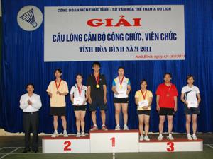 Đồng chí  Đinh Văn Hoà giám đốc Sở văn hoá TT&DL trao giải cho các đôi nam nữ dưới 40 đạt giải