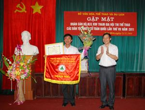 Đồng chí Phó Chủ tịch UBND tỉnh trao cờ, giấy khen và phần thưởng chúc mừng đoàn