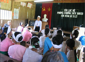 Cộng tác viên dinh dưỡng xóm Riêng, xã Tu Lý (Đà Bắc) thực hiện hướng dẫn các bà mẹ có con nhỏ về thực hành dinh dưỡng tại hộ gia đình.