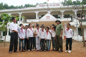 Ông Tuần cùng các em học sinh trường tiểu học và THCS lạc Long trò chuyện vui vẻ bên mái trường