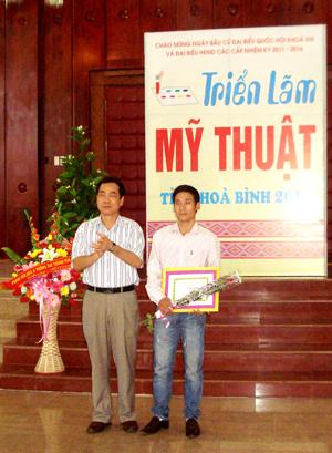 Đồng chí Nguyễn Văn Quang, Phó Bí thư Thường trực Tỉnh ủy trao giải nhất cho tác giả Nguyễn Việt Dũng.