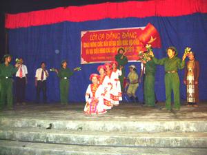 Biểu diễn nghệ thuật chào mừng bầu cử tại xã Ngọc Lương (Yên Thủy).