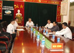 Đồng chí Bùi Ngọc Đảm, Phó Chủ tịch TT UBND tỉnh và các đại biểu tỉnh tham dự hội nghị trực tuyến.