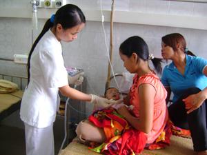 Khoa nhi  - Bệnh viện Đa khoa tỉnh gần như kín giường bệnh vào những ngày nắng nóng vừa qua.