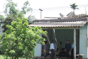Nhà dân ở xóm Nen, xã Thanh Hối chưa lợp được mái sau cơn lốc.